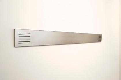 Innsikt og Utsikt; 2 syrefast rustfritt stålpaneler 15x3x155cm perforet med tynne strek i begge ender. Montert i ansiktshøyde på frontveggen ved siden av inngangen og på veggen i Foajèn